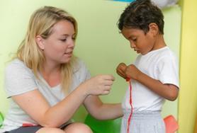 Werk met kinderen op een kleuterschool in Ecuador tijdens je stage sociaal werk.