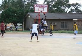 Vrijwilligers nemen zelf ook deel aan een potje basketbal tijdens hun verblijf in hett buitenland.