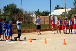 Zet je in op dit sportproject en help mee bij het coachen van schoolkinderen.