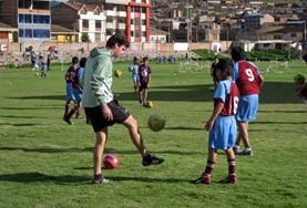Op het community sport project help je als vrijwilliger bij het geven van sportlessen aan jongeren in Peru.