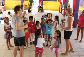 Als vrijwilliger op het gymles project in Belize organiseer je sportlessen voor kinderen uit verschillende klassen.
