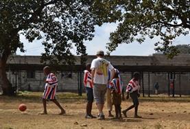 Organiseer gymlessen voor schoolkinderen in Tanzania als je deelneemt aan dit sport vrijwilligersproject.