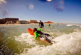 Als vrijwilliger op een surf project in het buitenland coach je de lokale jeugd tijdens hun surflessen.