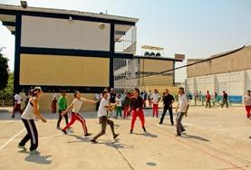 Vrijwilligers spelen volleybal met hun lokale team in het buitenland.