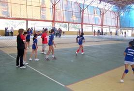 Vrijwilligers spelen mee met het lokale team tijdens een volleybalwedstrijd in Bolivia.