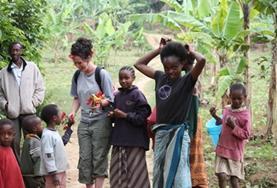 Het is gemakkelijker communiceren met de lokale bevolking in Tanzania als je je Engels verbeterd hebt door middel van een taalcursus.