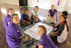 Tijdens de twintigersreis naar Cambodja werk je samen met leeftijdsgenoten van over de hele wereld.