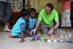 Door educatieve spelletjes te spelen en te knutselen met de kinderen kun jij een bijdrage leveren tijdens deze groepsreis voor vrijwilligers naar Sri Lanka.