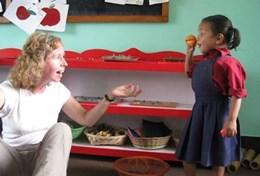 Organiseer educatieve activiteiten voor kinderen tijdens de groepsreis voor volwassenen naar Nepal.